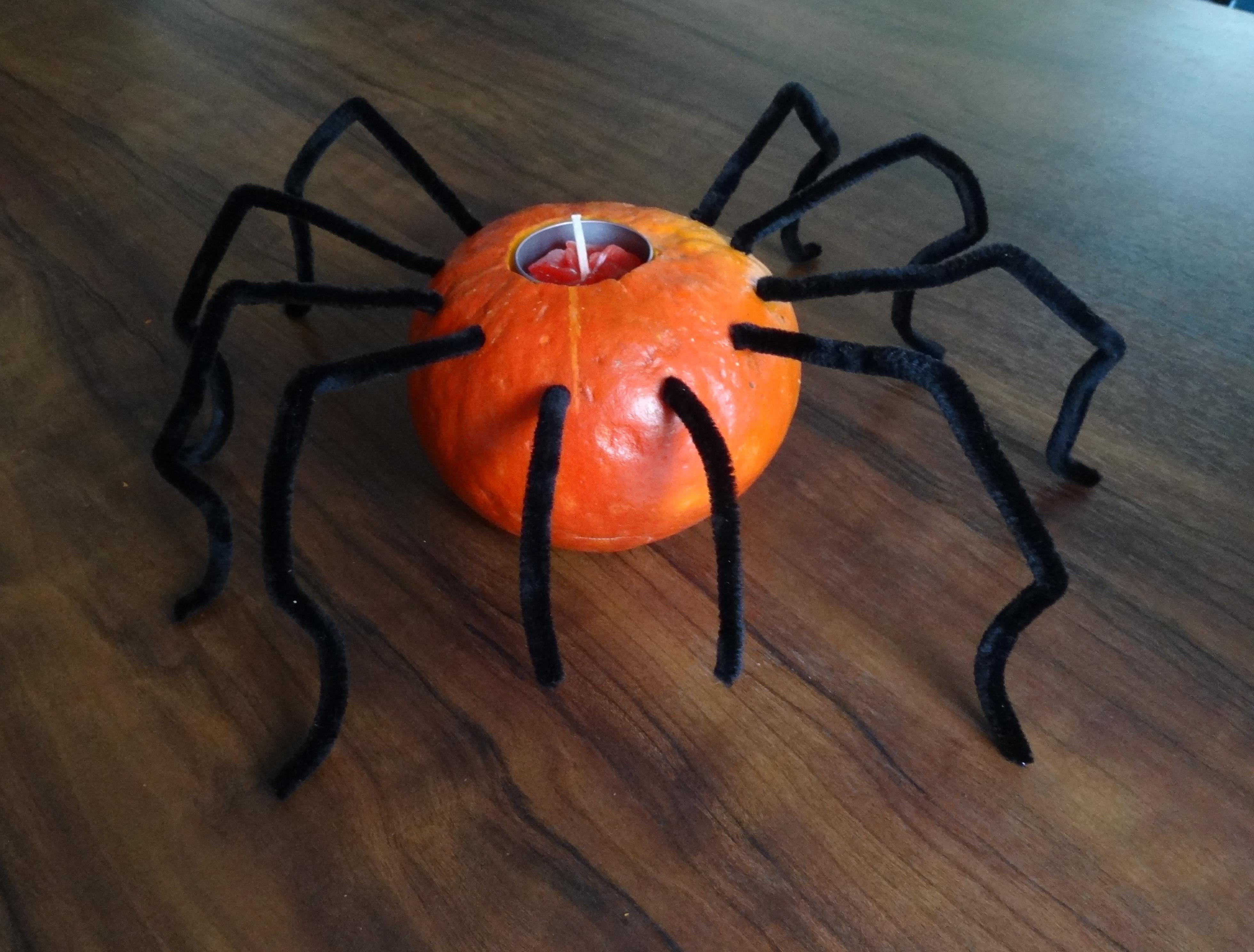 Dekoracja na Halloween. świecznik z dyni w kształcie pająka
