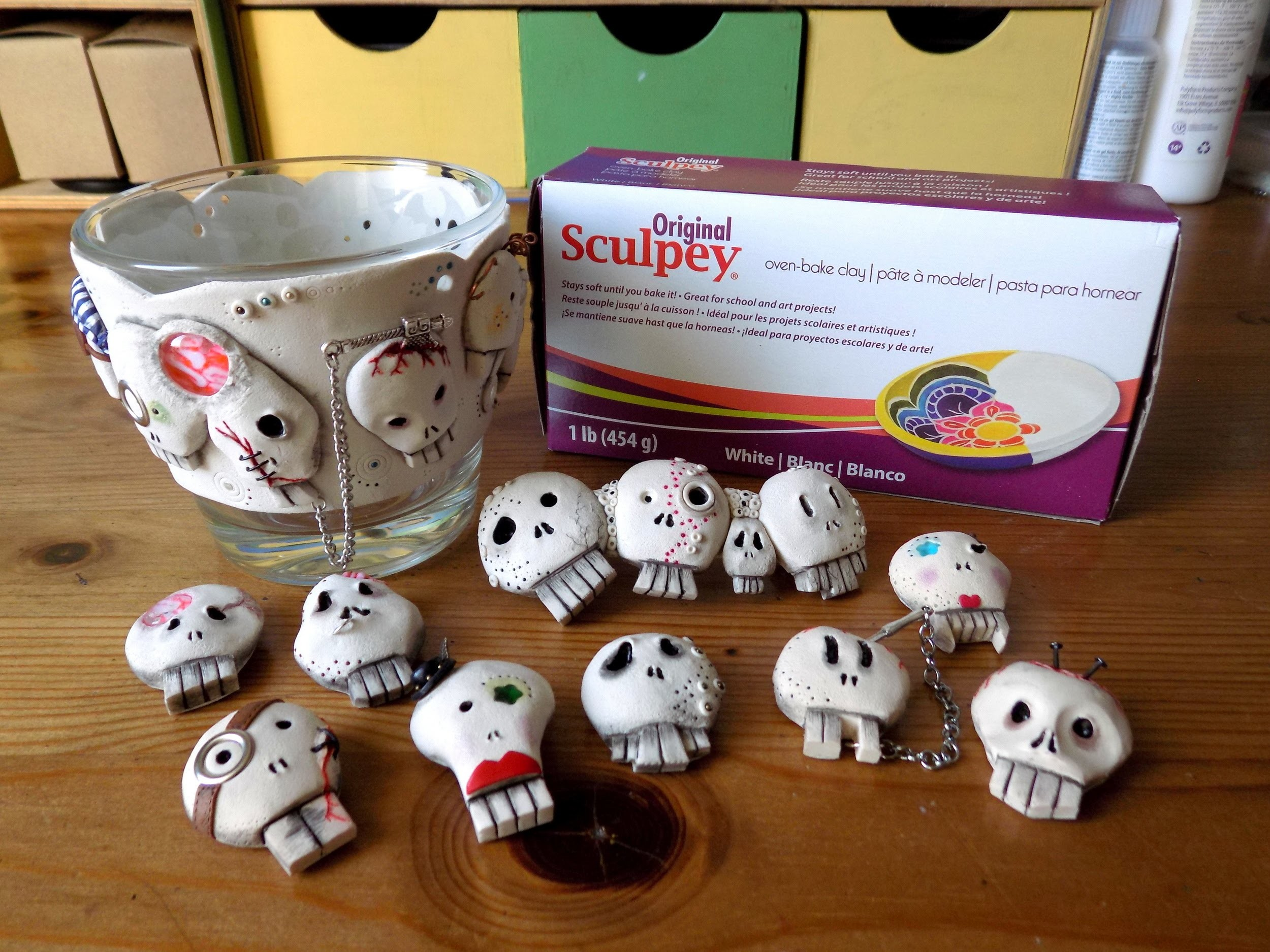 Polymer clay skulls and spooky jewelry. Czaszki z modeliny