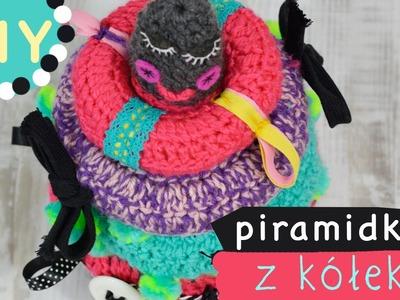 Zabawka DIY dla niemowlaka piramidka z kółek na szydełku z tasiemkami i grzechotką