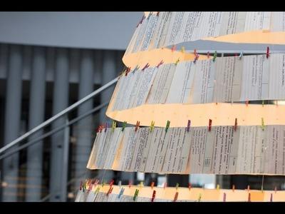 [Making of. ]  Choinka z kart katalogowych w Bibliotece Uniwersyteckiej UWM