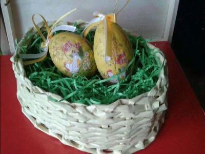 Wielkanocny stroik jajko z papierowej wikliny. Easter egg wreath of paper wicker.