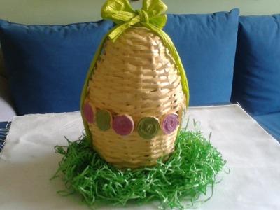 Wielkanocna pisanka z papierowej wikliny. Easter egg with a paper wicker.
